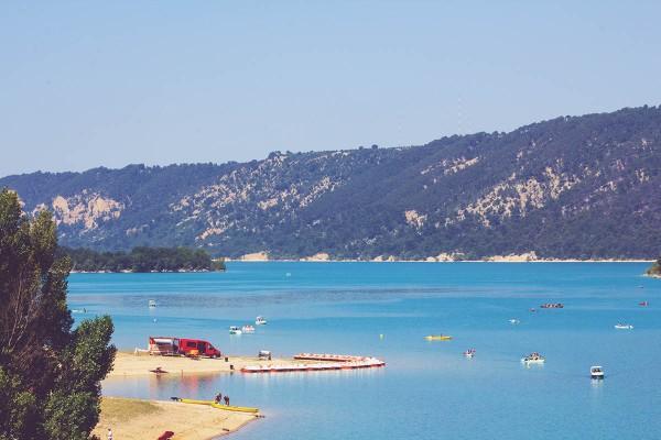 Gorges du Verdon in der Provence - Die Weitläufigkeite des Lac de Saint-Croix
